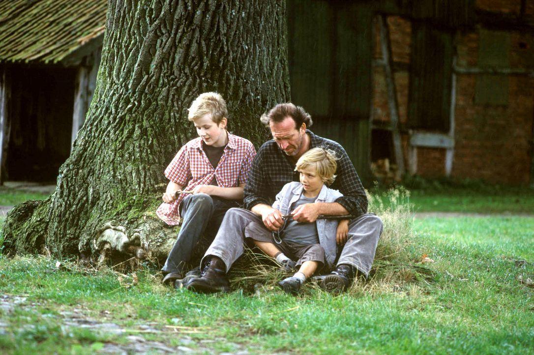 """Maria-Luise bewirbt sich bei Bauer Karl (Jochen Nickel, M.) und dessen Söhnen Paul (Oskar Hassler, l.) und Lukas (Neal Thomas, r.) als """"Mädchen für... - Bildquelle: Susanne Dittmann Sat.1"""