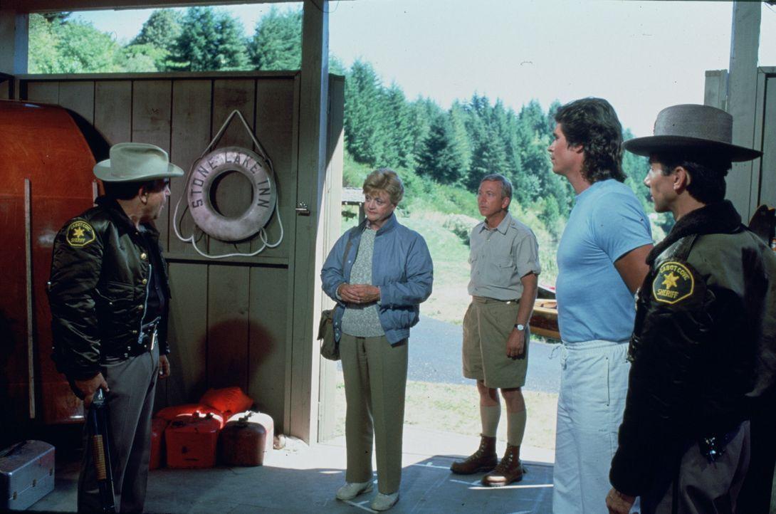 Jessica (Angela Lansbury, 2.v.l.) verbringt eine Woche auf einem Gutshof, um an ihrem neuen Buch 'Mord in der Herberge' zu arbeiten. - Bildquelle: Universal Pictures