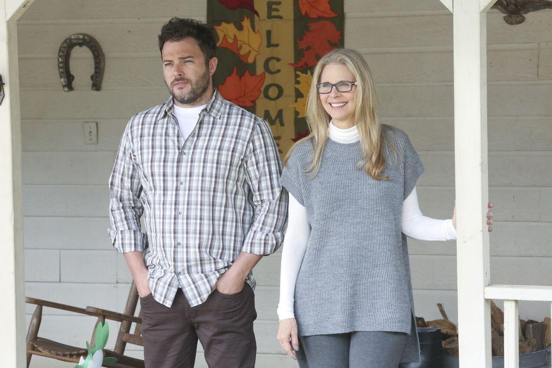 Machen sich nach all dem was geschehen ist, Sorgen um Ellie Bishop: ihre Mutter Barbara (Lindsay Wagner, r.) und ihr Bruder George (Ryan Doom, l.) ... - Bildquelle: Patrick McElhenney CBS Television