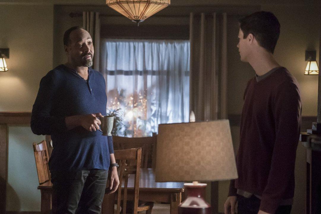 Joe (Jesse L. Martin, l.), Barry (Grant Gustin, r.) und der Rest des Teams haben mit dem herben Verlust zu kämpfen, was sie nur noch weiter anstache... - Bildquelle: 2016 Warner Bros.
