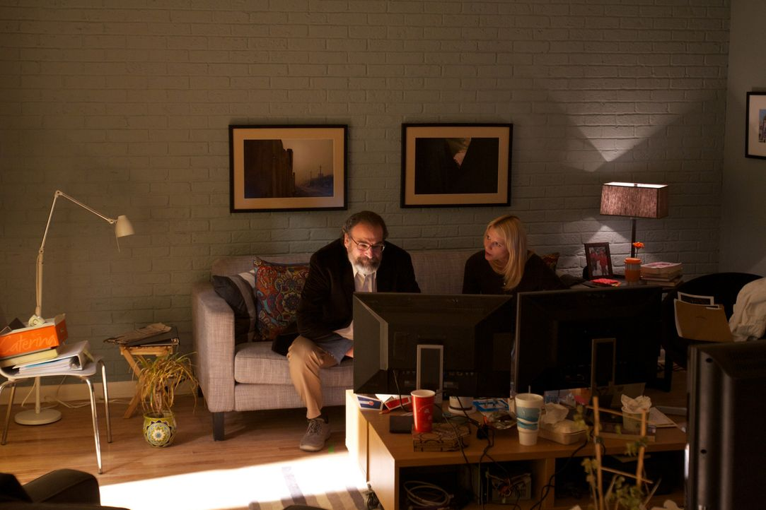 Mit wilden Interpretationen will Carrie Mathison (Claire Danes, r.) den mächtigen Saul Berenson (Mandy Patinkin, l.) auf ihre Seite ziehen ... - Bildquelle: 2011 Twentieth Century Fox Film Corporation. All rights reserved.