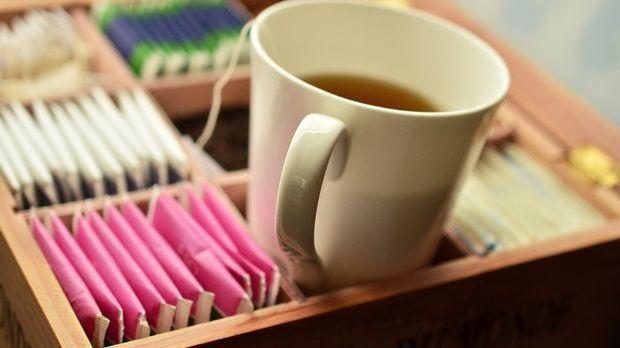 Tee beruhigt den Magen und hilft so, den Blähbauch zu bekämpfen.