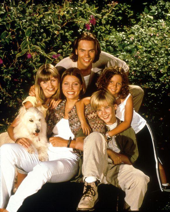 (3. Staffel) - Die Camden-Geschwister: Lucy (Beverly Mitchell, l.), Mary (Jessica Biel, M.), Ruthie (Mackenzie Rosman, r.), Matt (Barry Watson, hint... - Bildquelle: The WB Television Network