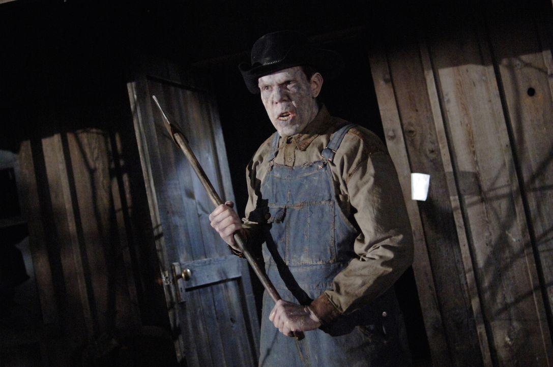 Sam und Dean versuchen den Mordechais Geist (Nicholas Harrison) zu stoppen ... - Bildquelle: Warner Bros. Television