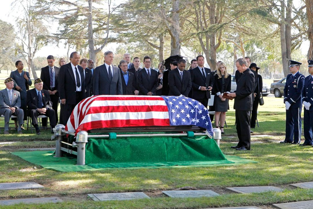 Gibbs (vorne 2.v.l.) am Sarg seines Vaters. Veteranen, Freunde und Weggefährten unterstützen ihn an diesem schweren Tag, darunter Leroy Jethro Moore... - Bildquelle: CBS Television