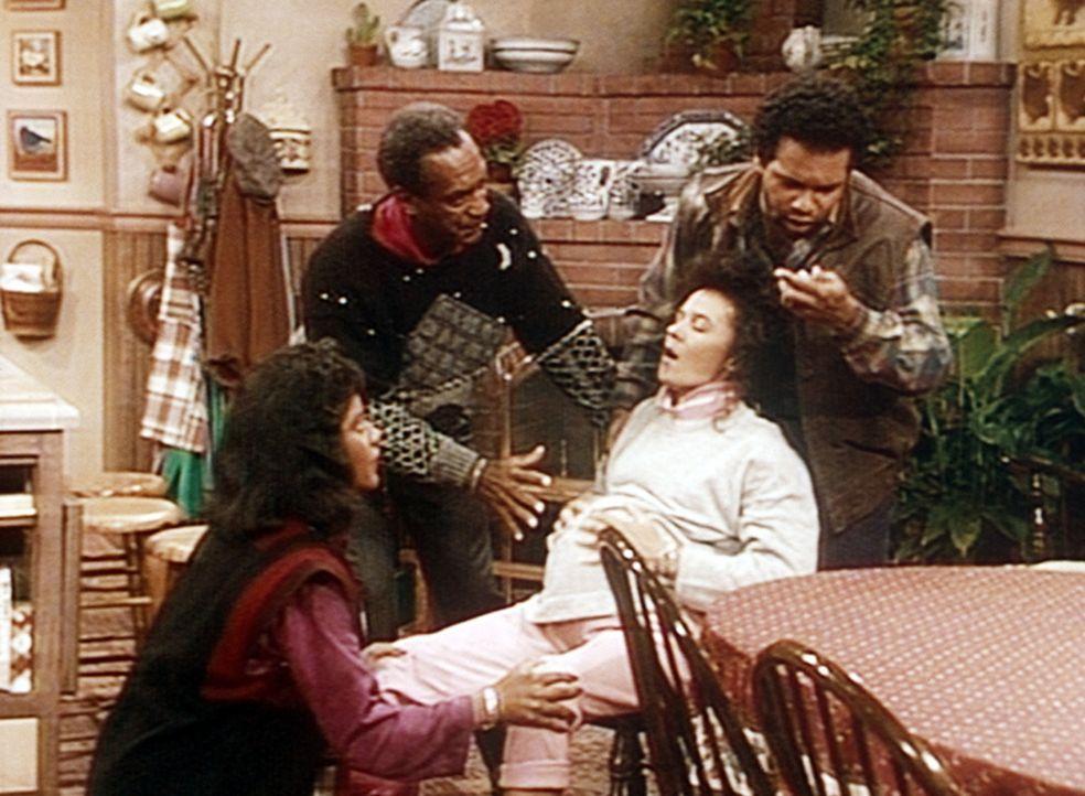 Clair (Phylicia Rashad, l.), Cliff (Bill Cosby, 2.v.l.) und Elvin (Geoffrey Owens, r.) müssem Sondra (Sabrina LeBeauf) schnell ins Krankenhaus brin... - Bildquelle: Viacom