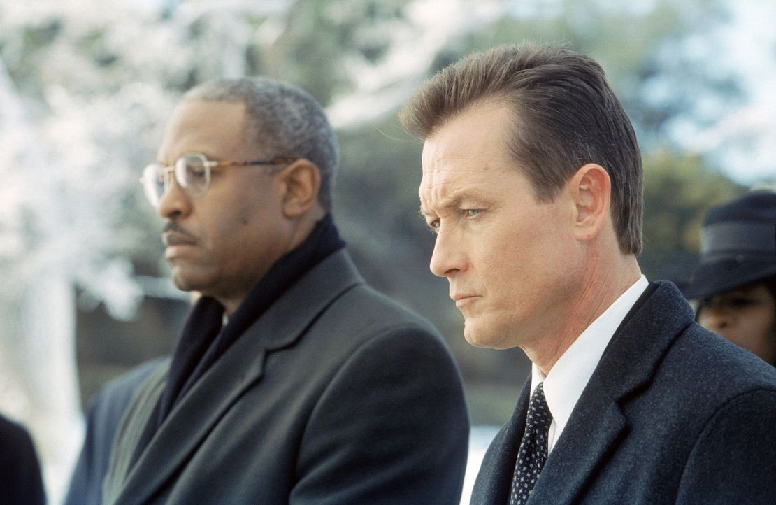 John Doggett (Robert Patrick, r.), der überzeugte Skeptiker, wird im Fall von Mulders Tod mit einem medizinischen Phänomen konfrontiert. - Bildquelle: TM +   2000 Twentieth Century Fox Film Corporation. All Rights Reserved.
