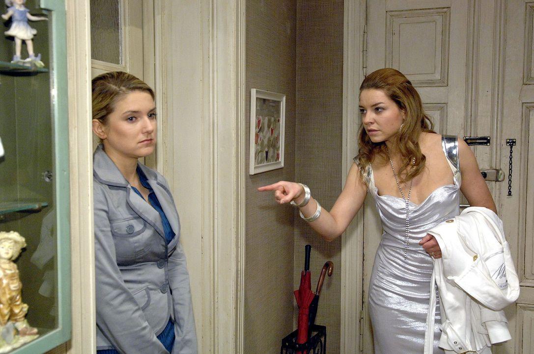 Katja (Karolina Lodyga, r.) hat die Nacht mit einem anderen Mann verbracht und setzt Anna (Jeanette Biedermann, l.) unter Druck, damit sie sie nicht... - Bildquelle: Claudius Pflug Sat.1