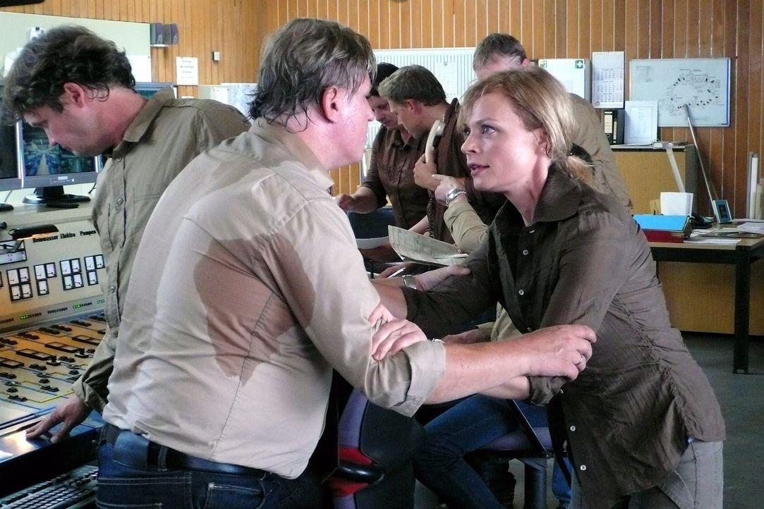 Martina (Susanna Simon, r.) versucht Kowalke (Arved Bierbaum, l.) davon zu überzeugen, dass die Pumpen abgestellt werden müssen, bevor es zu einer g... - Bildquelle: Sat.1