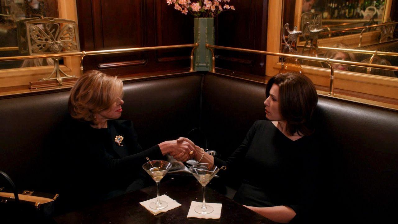 In einem Scheidungsfall müssen Diane (Christine Baranski, l.) und Alicia (Julianna Margulies, r.) gegeneinander antreten. doch dann verändert Wills... - Bildquelle: 2014 CBS Broadcasting, Inc. All Rights Reserved
