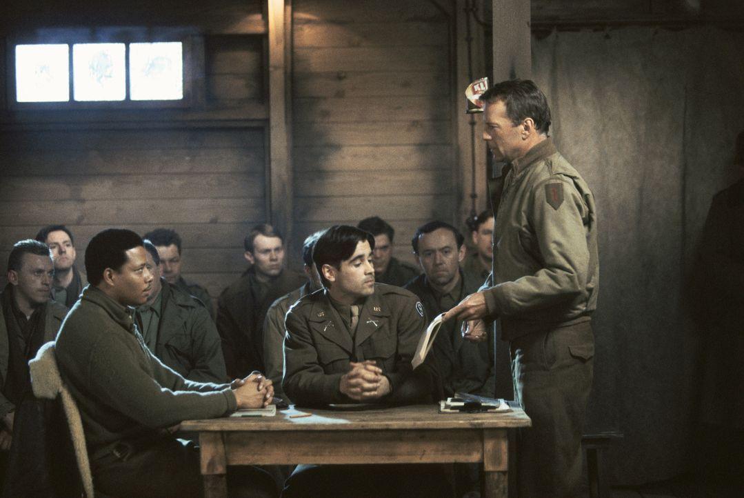 Als es zu einem Mord unter den Kriegsgefangenen kommt, besteht McNamara (Bruce Willis, r.) auf einem Prozess gegen den schwarzen Piloten Scott (Terr... - Bildquelle: Metro-Goldwyn-Mayer Studios Inc. All Rights Reserved.