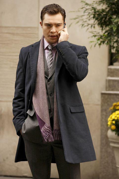 Chuck (Ed Westwick) hat schon einen Detektiv beauftragt, um die geheimnisvolle Frau am Grab ausfindig zu machen. - Bildquelle: Warner Brothers