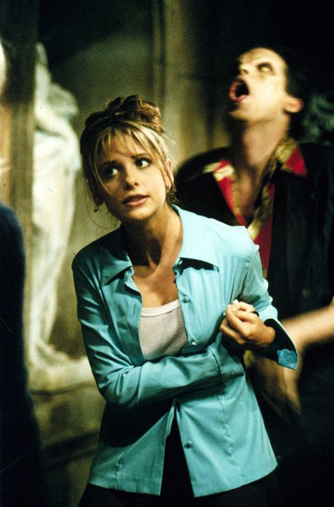 Buffy (Sarah Michelle Gellar, l.) im Kampf mit Thomas (J. Patrick Lawlor, r.) ... - Bildquelle: (1997) Twentieth Century Fox Film Corporation.
