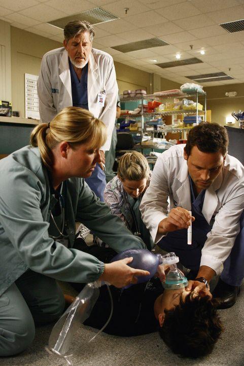 Plötzlich bricht Hunter (Martin Spanjers, liegend) zusammen und da Derek noch in einer OP ist, muss Alex (Justin Chambers, vorne r.) die Sache alle... - Bildquelle: Touchstone Television