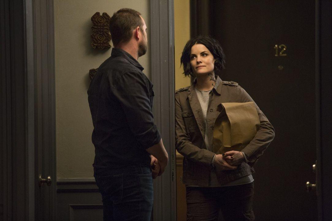 Als Jane (Jaimie Alexander, r.) bemerkt, wie traurig Weller (Sullivan Stapleton, l.) nach der Trennung von Nas ist, begleitet sie ihn nach Hause. Do... - Bildquelle: Warner Brothers