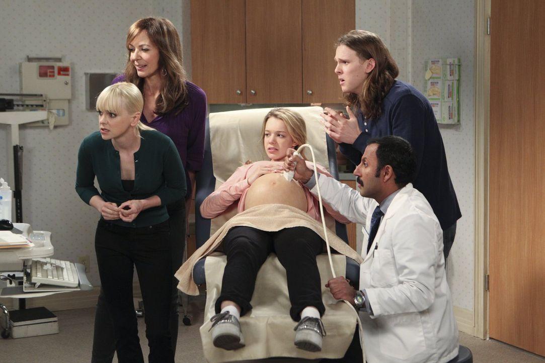 Violets (Sadie Calvano, M.) letzte Ultraschalluntersuchung vor der Geburt steht an und die ganze Familie ist dabei: (v.l.n.r.) Christy (Anna Faris,... - Bildquelle: Warner Brothers Entertainment Inc.