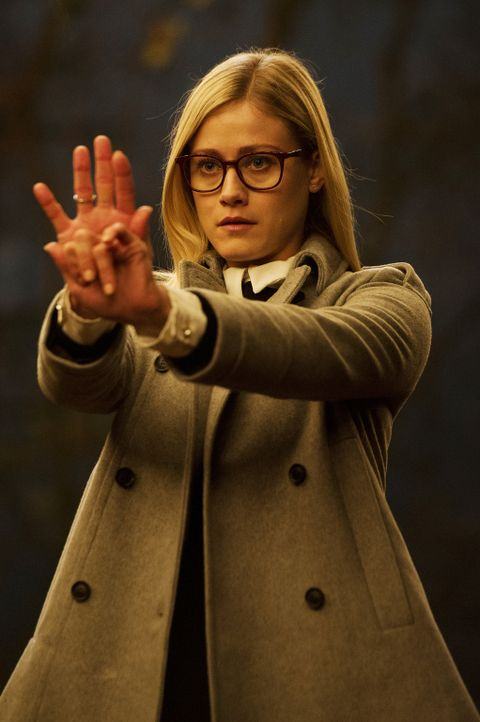 Alice (Olivia Taylor Dudley) muss sich mit der Magie des Kampfes auseinandersetzen. Unterdessen hat Julia eine friedliche Begegnung der anderen Art... - Bildquelle: 2015 Syfy Media Productions LLC. ALL RIGHTS RESERVED.