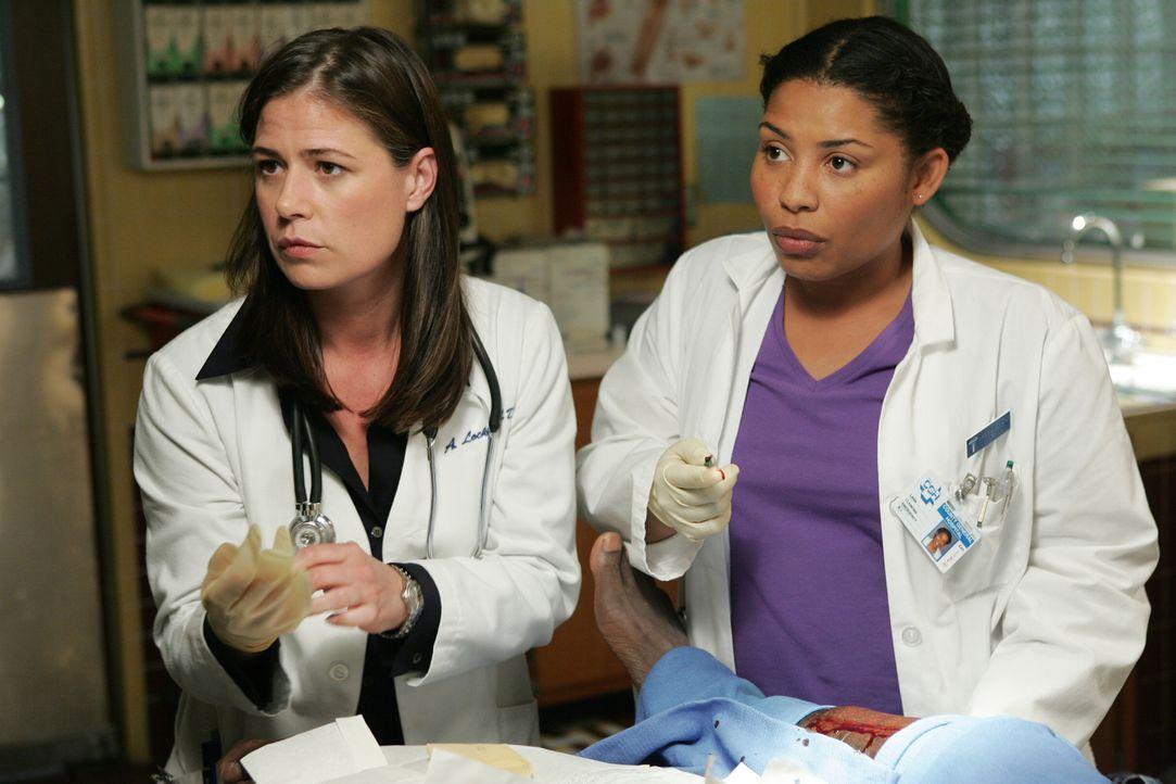 Abby (Maura Tierney, l.) hat Probleme damit Clemons (Damali Scott, r.) ihr Wissen zu übermitteln ... - Bildquelle: Warner Bros. Television