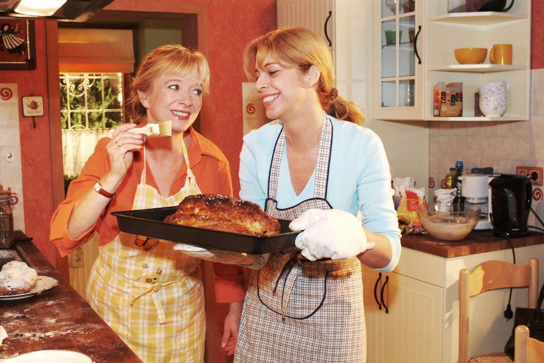 Helga (Ulrike Mai, l.) muss ihre Vorurteile, die sie gegenüber Laura Seidel (Olivia Pascal, r.) hatte, ablegen und findet, dass sie eine sehr angene... - Bildquelle: Monika Schürle Sat.1