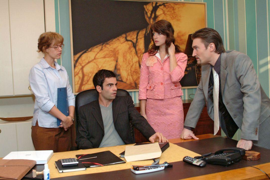 Als Richard (Karim Köster, r.) aufgebracht in Davids (Mathis Künzler, 2.v.l.) Büro stürmt, müssen Lisa (Alexandra Neldel, l.) und Mariella (Bia... - Bildquelle: Monika Schürle Sat.1