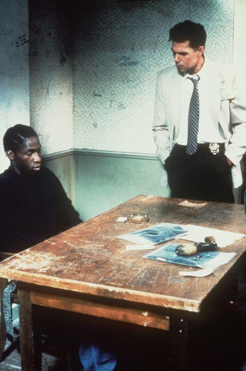 Bobby (Glenn Plummer, l.) muss für zehn Jahre ins Gefängnis. Er ahnt nicht, dass diese Verurteilung für ihn eine einmalige Chance bedeutet, sein... - Bildquelle: Warner Bros.