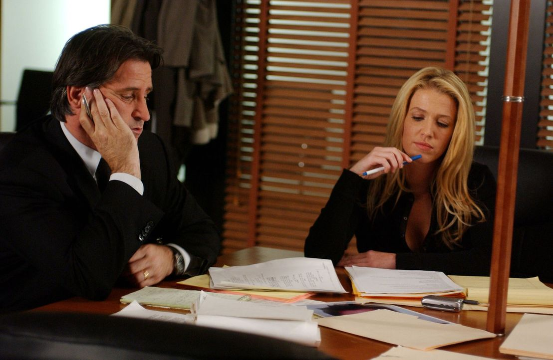 Stehen vor einem Rätsel: Jack Malone (Anthony LaPaglia, l.) und Samantha Spade (Poppy Montgomery, r.) überlegen, wer Interesse am Tod von Luke Horto... - Bildquelle: Warner Bros. Entertainment Inc.