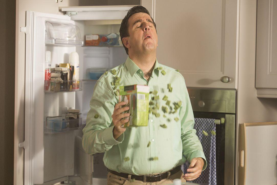 Will seine geschwollene Zunge mit einer Packung Tiefkühlspinat kühlen und verschüttet dabei den kompletten Inhalt über sein Hemd: Bastian (Bastian P... - Bildquelle: Frank Dicks SAT.1