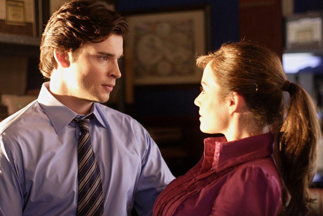 Als Clark (Tom Welling, l.) Lois (Erica Durance, r.) von seinen Kräften erzählt, lacht sie ihn aus. Es muss eine Demonstration her ... - Bildquelle: Warner Bros.
