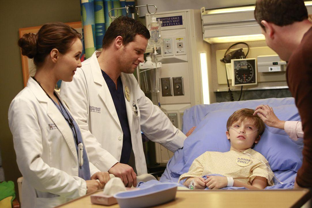 Dr. Jo Wilson (Camilla Luddington, l.) und Dr. Alex Karev (Justin Chambers, 2.v.l.) sprechen dem kleinen Bobby Mut zu. Kurz vor seiner Tumoroperatio... - Bildquelle: ABC Studios