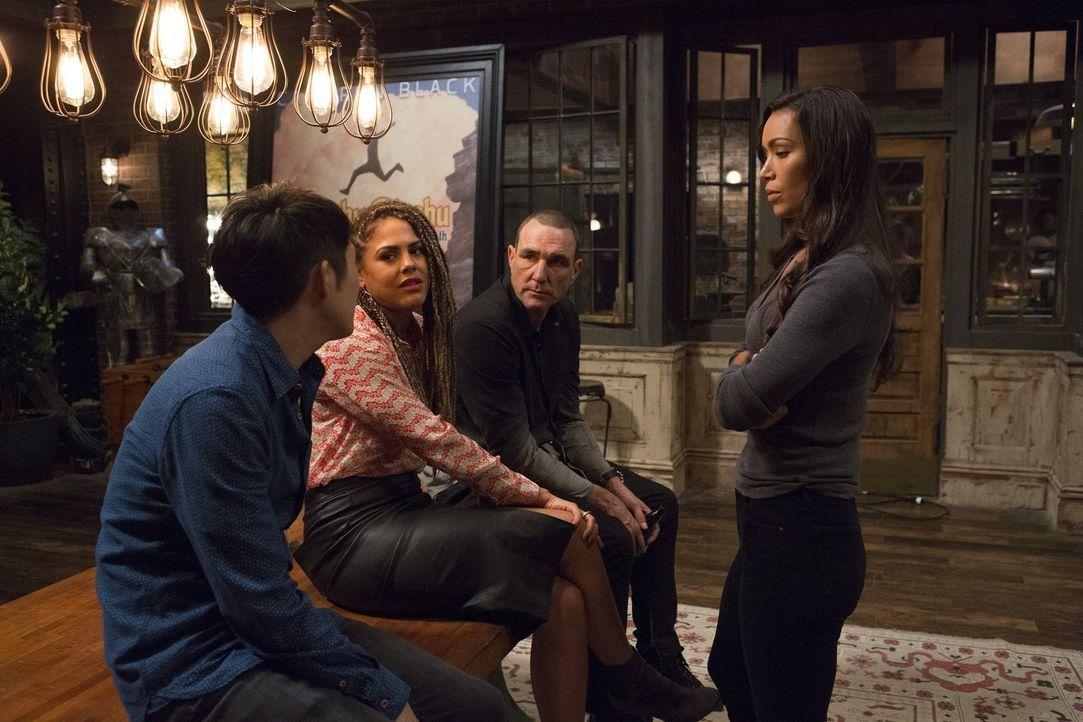 Mit der Hilfe von Cameron Black und seinem Team (v.l.n.r.: Justin Chon, Lenora Crichlow und Vinnie Jones), möchte FBI-Agentin Kay Daniels (Ilfenesh... - Bildquelle: Warner Bros.