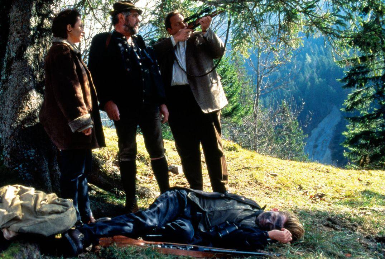 Hias Leitner (Anton Feichtner, M.) hat eines Morgens im Wald die Leiche von Sepp Schaller (Philipp Moog, vorne) entdeckt. Der junge Mann wurde ersch... - Bildquelle: Magdalena Mate Sat.1