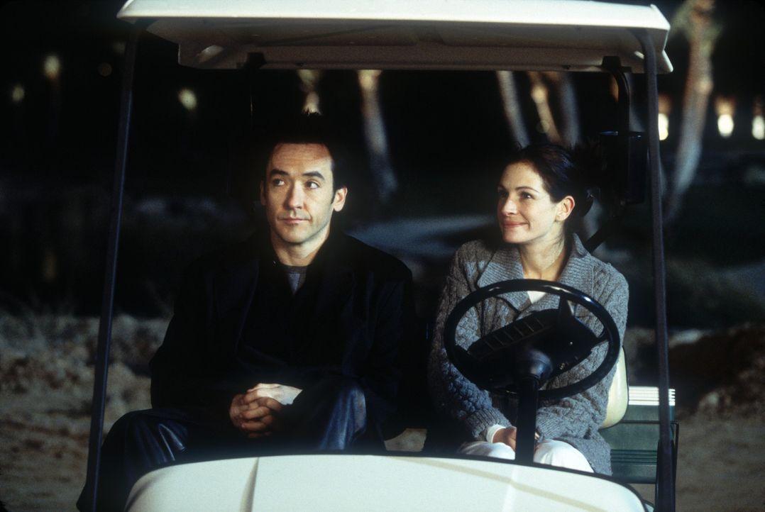 Als sich zwischen Kiki (Julia Roberts, r.) und Eddie (John Cusack, l.) eine romantische Beziehung entwickelt, wird alles nur noch schwieriger ... - Bildquelle: 2004 Senator Film, alle Rechte vorbehalten.
