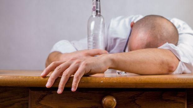Alkohol-Kater-Mann-pixabay
