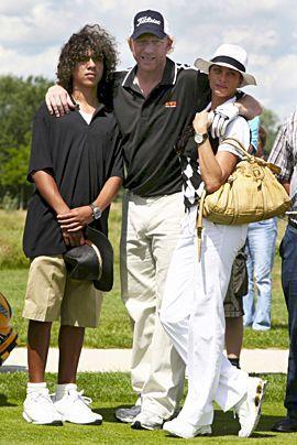 Boris Becker posiert im Juni 2007 in Bad Griesbach (Niederbayern) mit seinem Sohn Noah und seiner Freundin Lilly Kerssenberg auf einem Golfplatz. - Bildquelle: dpa