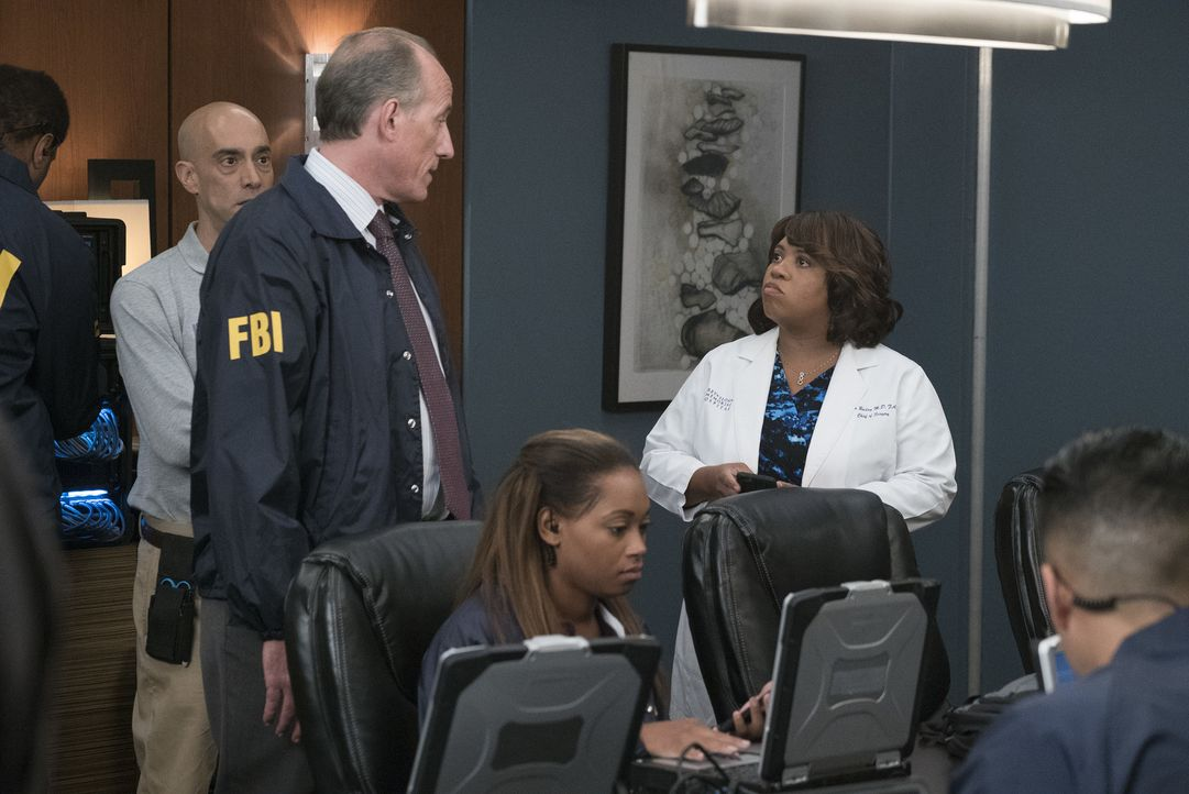 Ein Hackerangriff sorgt im Krankenhaus für Chaos. Während Miranda (Chandra Wilson, r.) versucht, die Ruhe zu behalten, suchen FBI Agent Heyward (Ale... - Bildquelle: Richard Cartwright 2017 American Broadcasting Companies, Inc. All rights reserved.