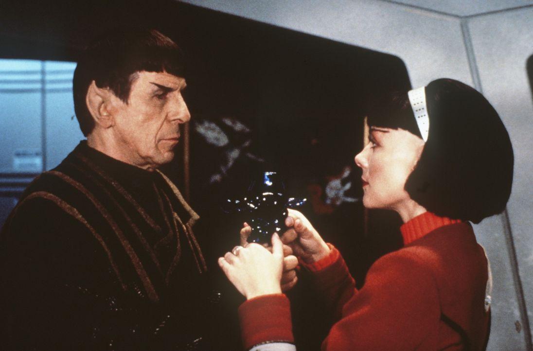 """Capt. Kirk (William Shatner, l.) teilt seiner ehemaligen Schülerin Lt. Valeris (Kim Cattrall, r.) mit, dass dies seine letzte Reise mit der """"... - Bildquelle: Paramount Pictures"""