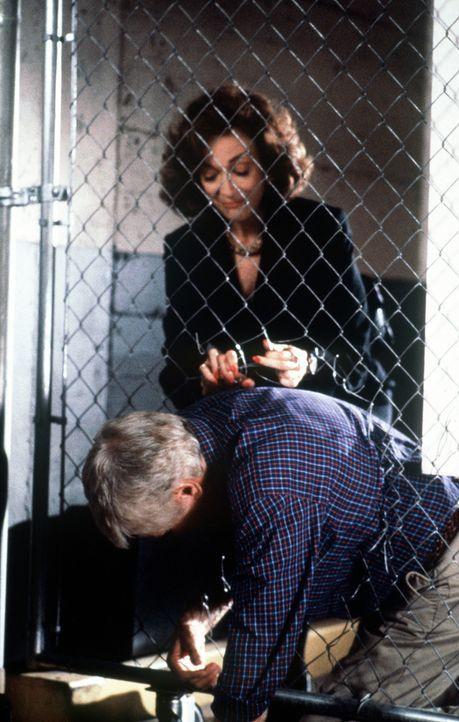 Mark (Dick Van Dyke, vorne) steckt in einem Gitter fest. Patricia Purcell (Dixie Carter, hinten) befreit ihn. - Bildquelle: Viacom