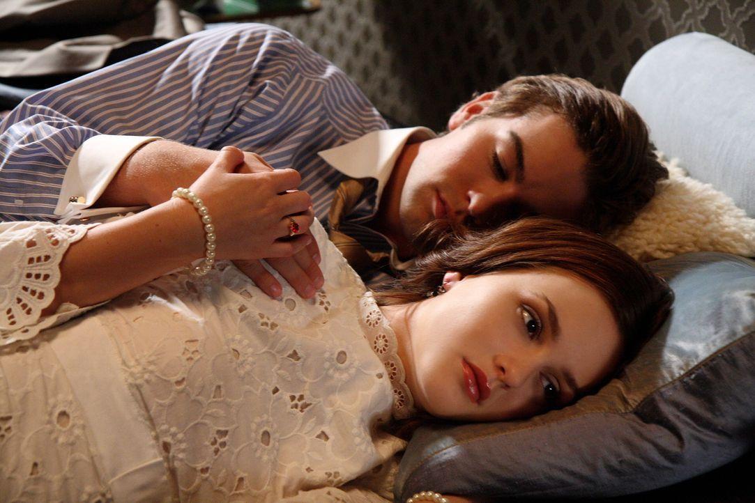Blair (Leighton Meester, vorne) ist  verletzt, denn Nate (Chace Crawford, hinten) hat ausgerechnet mit ihrer ehemaligen besten Freundin Serena gesch... - Bildquelle: Warner Brothers