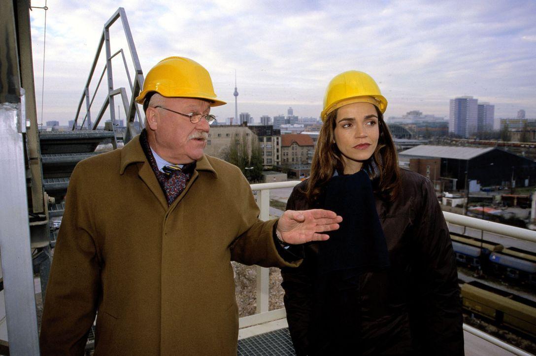 Sandra (Rebecca Immanuel. r.) vertritt den Bauunternehmer Galler (Hans Teuscher, l.). Bei ihrem Besuch auf seiner Baustelle kommt sie dem Abgrund ge... - Bildquelle: Hardy Spitz Sat.1