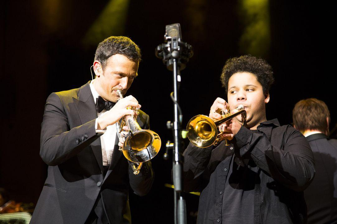 Für Justin (r.) geht ein großer Wunsch in Erfüllung: Er trifft auf Trompeter Till Brönner (l.) und wird prompt von ihm zum gemeinsamen Konzert auf d... - Bildquelle: Benedikt Müller SAT.1