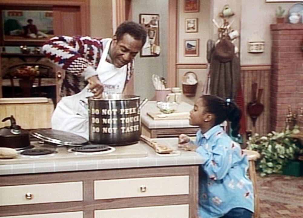 Rudy (Keshia Knight Pulliam, r.) möchte gern von dem Chili probieren, das ihr Vater (Bill Cosby, l.) seit Stunden kocht. - Bildquelle: Viacom
