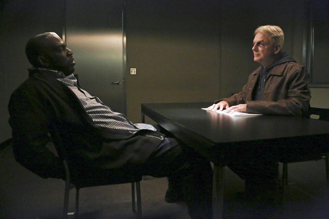 Gibbs (Mark Harmon, r.) ermittelt weiter im Fall des expandierenden Terroristenrings. Doch was hat Vernon Dale (Omar J. Dorsey, l.) damit zu tun? - Bildquelle: CBS Television