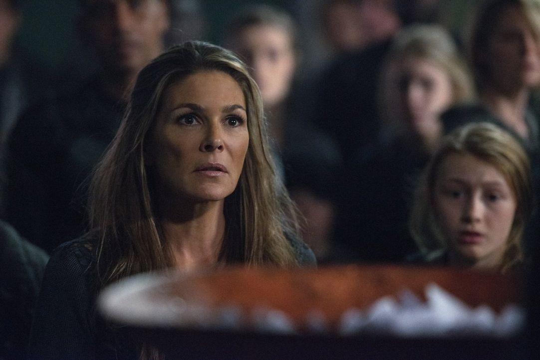 Die Auswahl derer, die im Bunker überleben dürfen, setzt Abigail (Paige Turco) gehörig zu, nicht ahnend, dass schon bald alle alten Pläne über den H... - Bildquelle: 2016 Warner Brothers