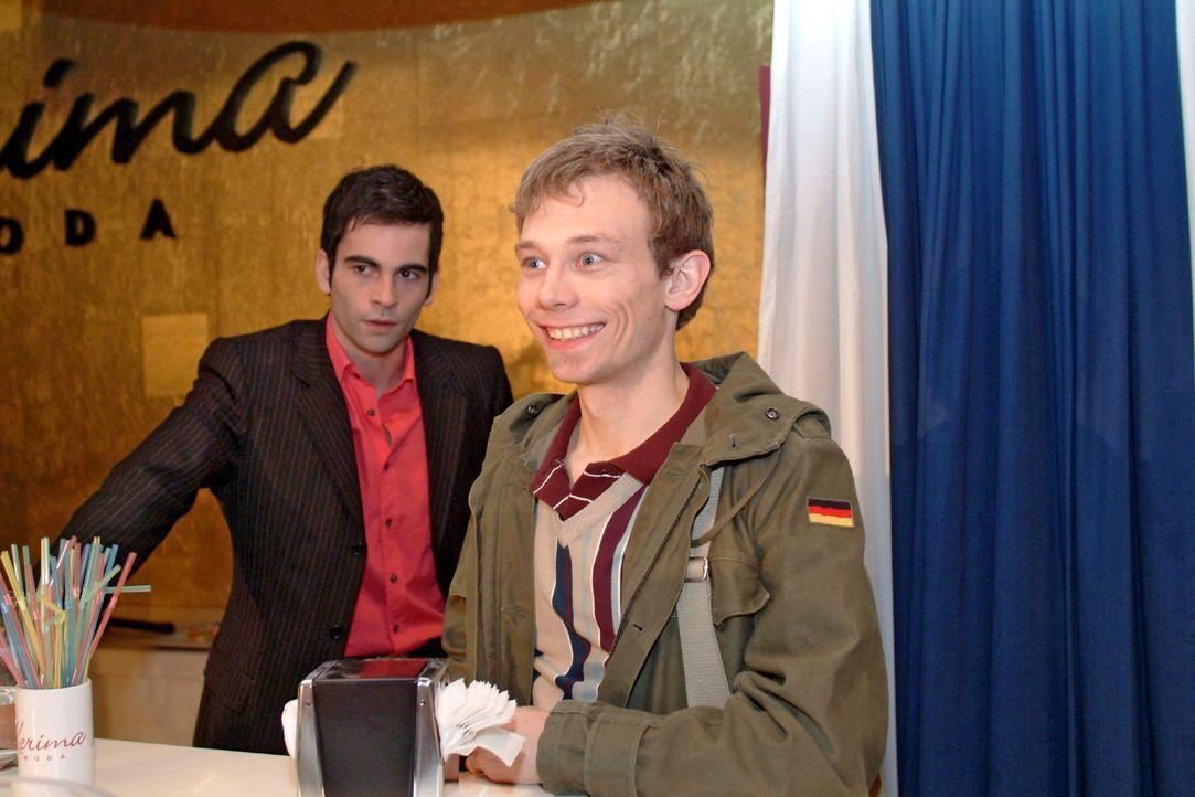 Jürgens (Oliver Bokern, r.) gibt sich vor David (Mathis Künzler, l.) jovial als Finanzexperte aus - was nicht besonders gut ankommt ... - Bildquelle: Sat.1