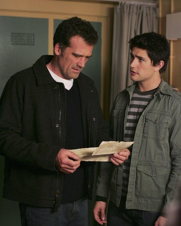 Ein bewegender Moment: Die empfangene Nachricht von Kyle (Matt Dallas, r.) trifft Stephen (Bruce Thomas, l.) mitten ins Herz. Nach Jahren findet er... - Bildquelle: TOUCHSTONE TELEVISION