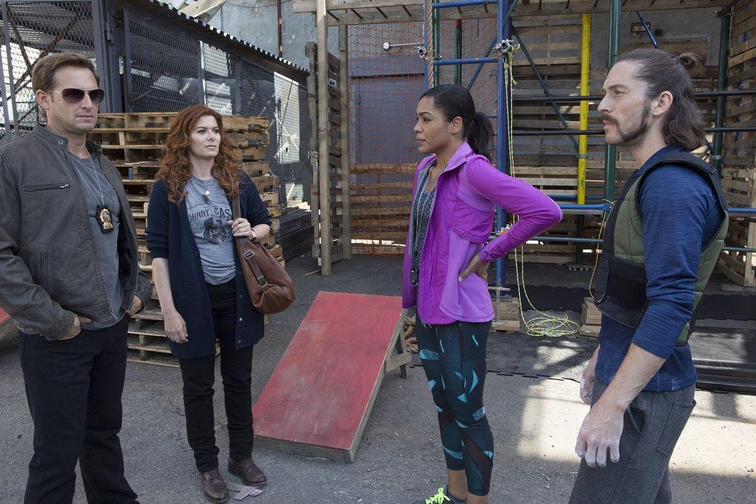 Als der Besitzer eines Fitnessstudios in der Sauna lebendig gekocht wird, müssen sich Jake (Josh Lucas, l.) und Laura (Debra Messing, 2.v.l.) unter... - Bildquelle: 2015 Warner Bros. Entertainment, Inc.