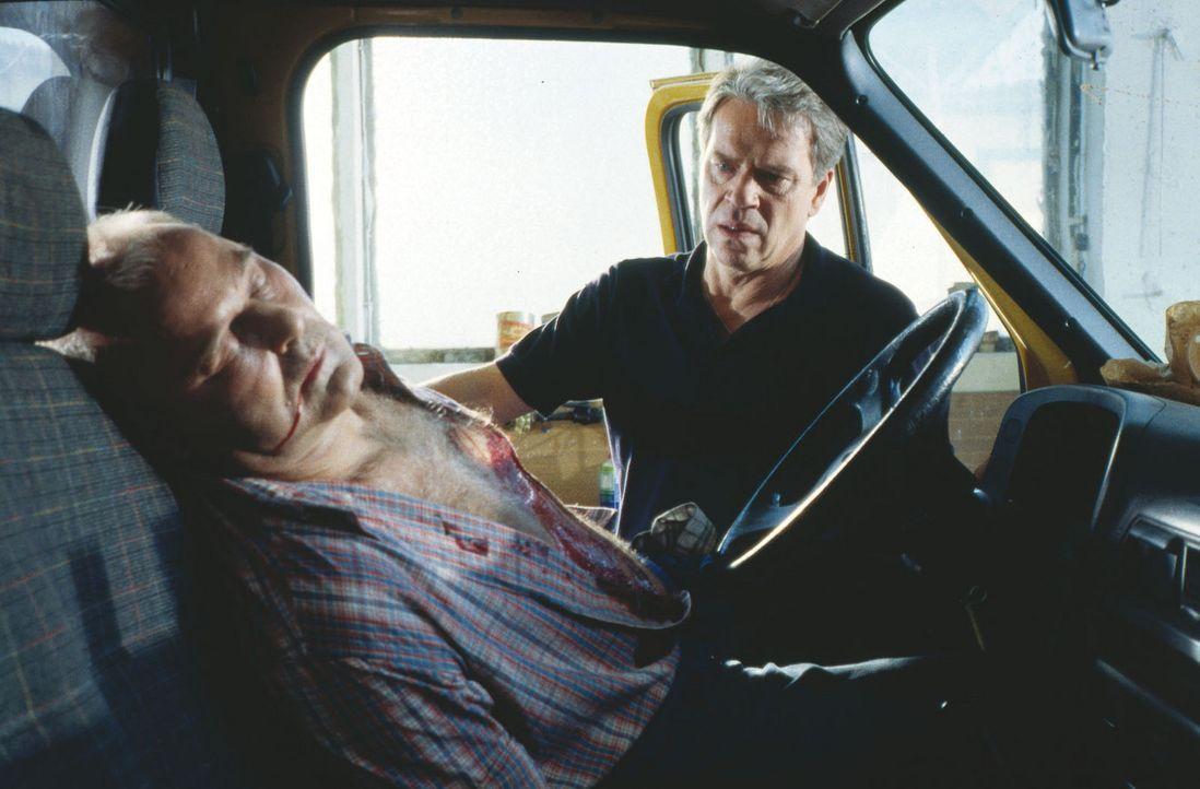 Der Tankstellenbesitzer Lebert (Eckhart Strehle, l.) wird tot aufgefunden. Der Fall scheint zunächst eindeutig, denn der gerade aus der Haft entlas... - Bildquelle: Alfred Raschke Sat.1
