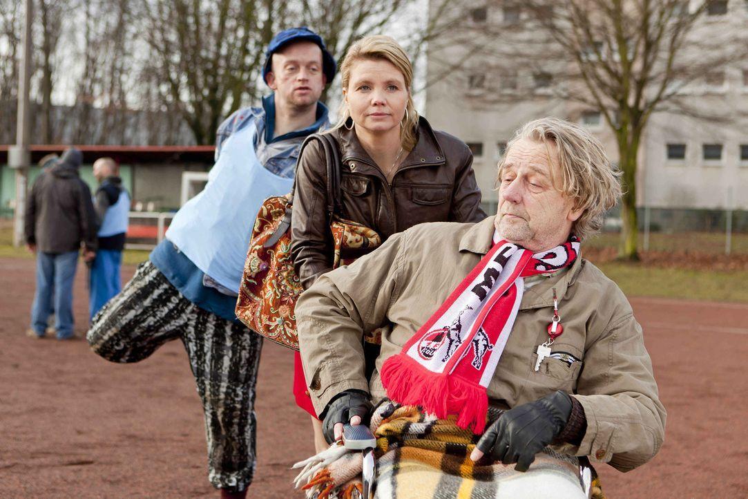 Da die arroganten Bänker mit unfairen Tricks spielen, tritt Dannis (Annette Frier, M.) Vater Kurt (Axel Siefer, r.) auf den Plan und lässt seine a... - Bildquelle: SAT.1