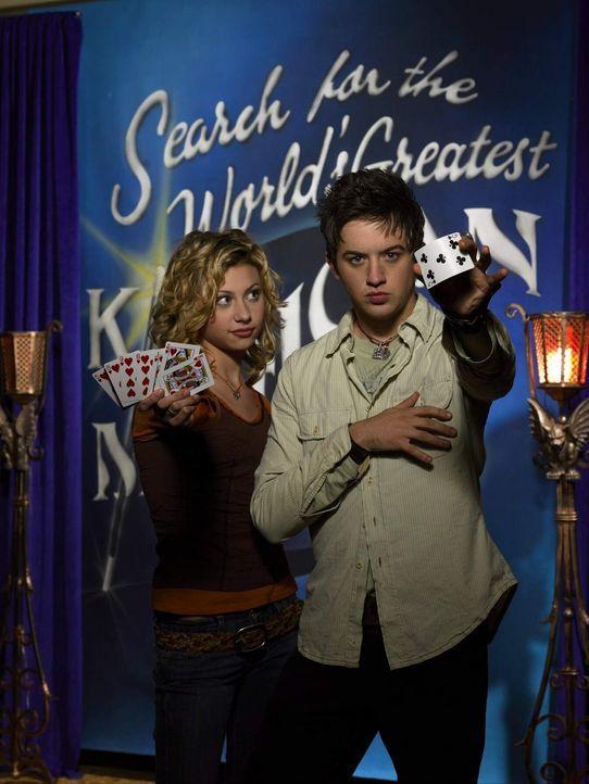 Die Fernsehproduzentin Allyson Miller (Alyson Michalka, l.) plant eine neue Reality-Show, in der sie den weltbesten Zauberer im Kindesalter küren w... - Bildquelle: The Disney Channel