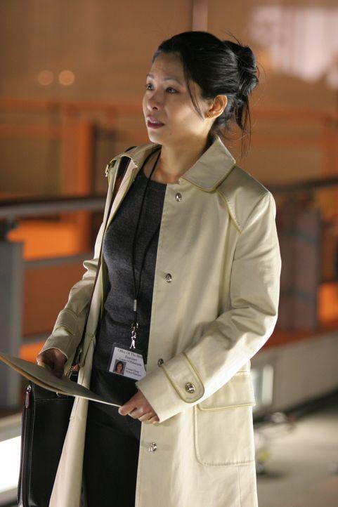 Die Rechtsmedizinerin Frannie Chang (Susan Chuang) berichtet das Ergebnis ihrer Untersuchungen ... - Bildquelle: Warner Bros. Television